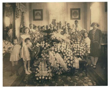 Mi bisabuelo rodeado de sus hijos y nietos  en el velorio de mi bisabuela