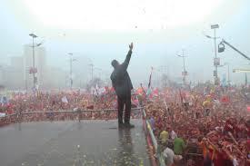 Chavez discurso bajo la lluvia