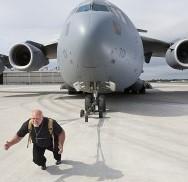 avion-mas-pesado-remolcado-por-persona-300x200